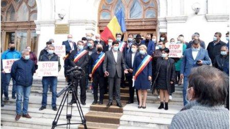 O suta de primari si <span style='background:#EDF514'>CONSILIERI</span> locali PSD din judetul Galati au iesit la protest, revoltati ca nu au primit niciun ban de la Guvern