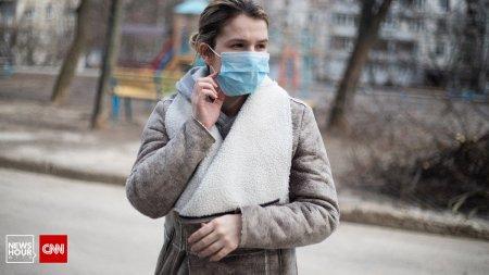 MAI, precizari despre masca de protectie: Nu e obligatorie daca pers<span style='background:#EDF514'>OANA E</span> singura pe strada
