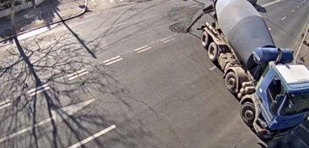 Betoniera filmata cand ramane fara o parte din continut intr-o intersectie din <span style='background:#EDF514'>SECTORUL 1</span>. Spatiul public nu e groapa de gunoi. Si nesimtirea se plateste VIDEO