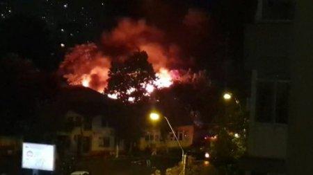 Incendiu puternic in Capitala. Trei case din zona Vitan, cuprinse de flacari uriase