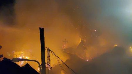 Incendiu puternic in Bucuresti. O casa a fost cuprinsa de flacari, iar alte doua sunt in pericol