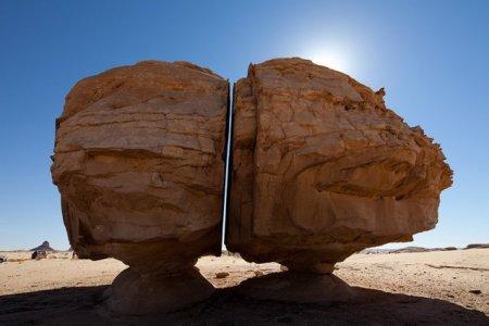 Misterul rocii gigantice din desert, crapata perfect in doua, a fost rezolvat. Care este explicatia specialistilor