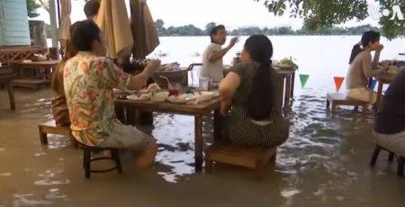 VIDEO In loc sa se inchida din cauza inundatiilor, un restaurant face valuri si atrage clienti. Criza s-a transformat intr-o oportunitate