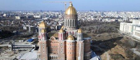Tabla aurita de pe Catedrala Mantuirii Neamului si Virgil Baciu. Peste 2,5 milioane de euro este legatura dintre ei