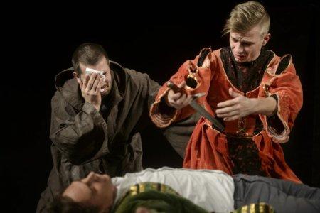 Spectacol tulburator, in premiera la Teatrul Nottara: O haita de <span style='background:#EDF514'>SFINTI</span>