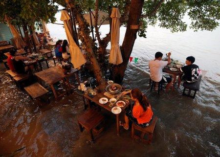 Un restaurant din Thailanda a cunoscut succesul in plin sezon al inundatiilor. Ce credeam ca va fi o criza s-a transformat intr-o oportunitate