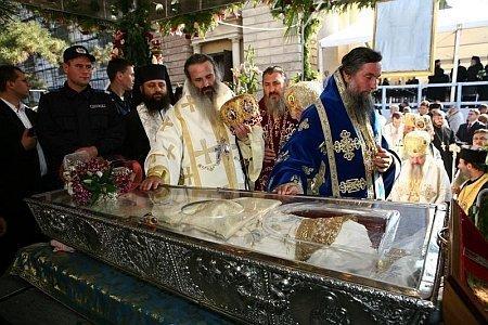 Racla Sfintei Parascheva este dezinfectata la fiecare 10 minute. Reactia lui Raed Arafat