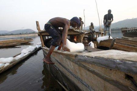 Peste 100 de morti si <span style='background:#EDF514'>DISPARUTI</span>, dupa ce o ambarcatiune improvizata din trunchiuri de copac a naufragiat pe fluviul Congo