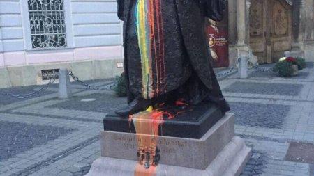 Statuia lui Brukenthal din Sibiu, vopsita partial in culorile tricolorului. Politistii fac o ancheta