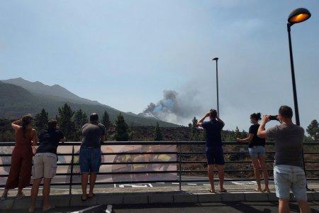 Turism vulcanologic, in La Palma. Curiosii merg pe insula spaniola sa vada cu ochii lor <span style='background:#EDF514'>ERUPTIA</span> vulcanului Cumbre Vieja