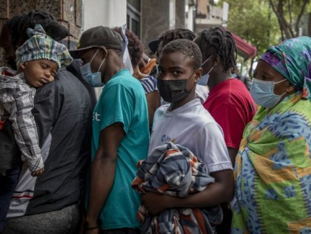 Criza umanitatii. 126 de migranti au fost inchisi intr-un camion si abandonati in pustiu
