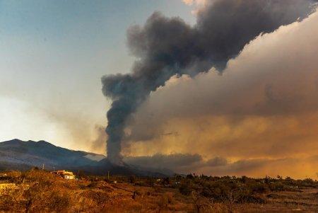 Locuinte <span style='background:#EDF514'>INGHITIT</span>e de lava dupa ce a erupt un vulcan din Insulele Canare