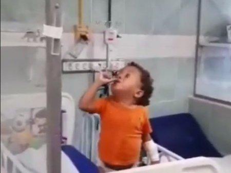 Atitudine de invingator. Un copil bolnav, internat in spital, cu bandaje si in pampersi, refuza sa fie trist. Video viral