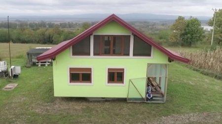 A construit o casa rotativa pentru a-si multumi sotia. La 72 de ani, un <span style='background:#EDF514'>BOSNIA</span>c a facut totul de unul singur