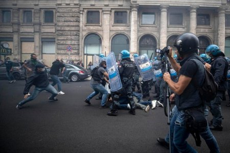 Liderii unui partid de extrema dreapta din Italia, <span style='background:#EDF514'>ARESTATI</span> dupa proteste anti-vaccin