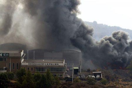 Lava vulcanului din La Palma a distrus o fabrica de <span style='background:#EDF514'>CIMENT</span>, eliberand gaze potential toxice