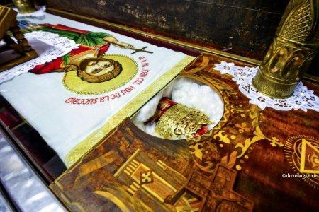 Preoti si credinciosi ies in intampinare: Icoana si racla cu moastele Sfantului Mare Mucenic Ioan cel Nou, in procesiune