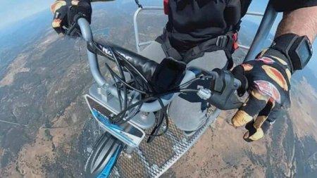 VIDEO Ultima <span style='background:#EDF514'>NEBUN</span>ie a cascadorului Robbie Maddison: rotiri in aer cu motocicleta sarind din elicopter