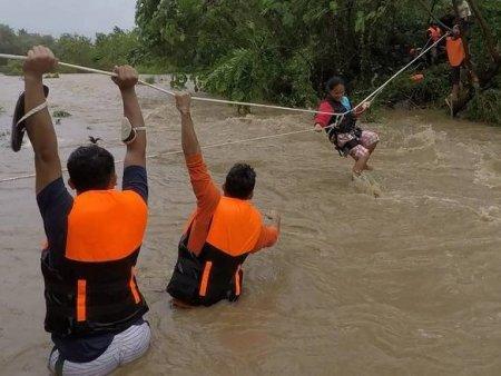 Ciclonul tropical Kompasu a facut ravagii in Filipe: 9 morti si 11 oameni <span style='background:#EDF514'>DISPARUTI</span>. Hong Kong inchide scolile in asteptarea furtunii