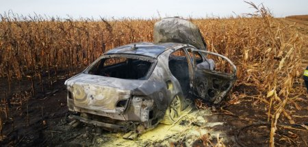 Ur<span style='background:#EDF514'>MARIRE</span> cu focuri de arma in Botosani. Traficantul de tigari si-a incendiat masina, apoi a fugit prin porumb