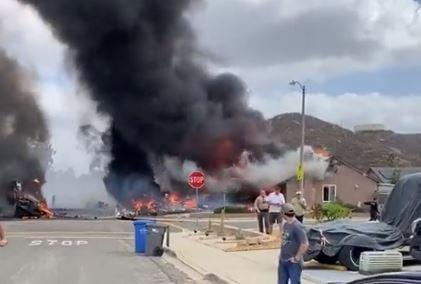 Cel putin doua persoane au murit dupa ce un avion s-a prabusit intr-un cartier din California