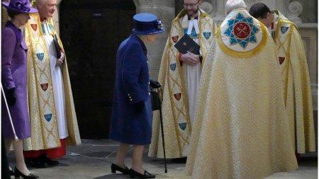 Regina Elisabeta a II-a a fost vazuta in timp ce mergea folosind un baston