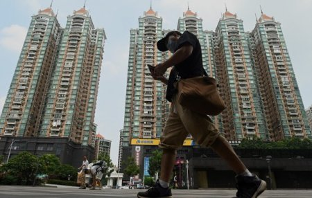 Criza de pe piata imobiliara chinezeasca ia proportii si risca sa zguduie pietele globale. Sectorul imobiliar reprezinta aproximativ un sfert din economia chinezeasca si constituie adesea un factor major in strategiile Beijingului