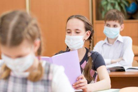 Ministrul Educatiei le cere scolilor sa spuna procentul <span style='background:#EDF514'>PROFESORI</span>lor vaccinati. Parinte: N-am primit niciun raspuns