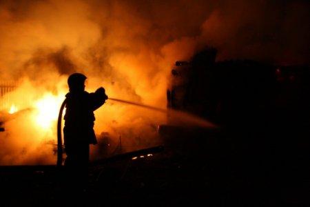 Incendiu de amploare in <span style='background:#EDF514'>PARCAREA</span> unui bloc din Galati. Cinci masini au luat foc