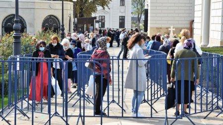 Peste 45.000 de pelerini au trecut pe la racla cu <span style='background:#EDF514'>MOASTELE</span> Sfintei Parascheva