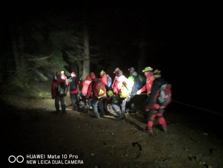 Un barbat care a cazut 40 de metri in gol in Muntii Bucegi a fost gasit in viata de salvamontisti dupa 14 ore de cautari