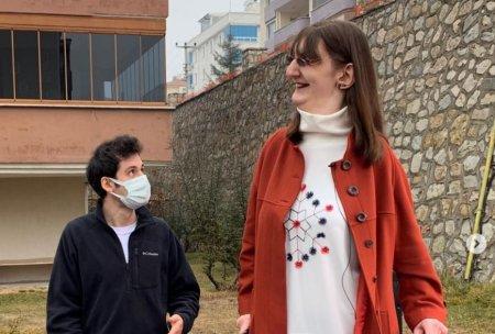 O tanara de 24 de ani din Turcia este cea mai <span style='background:#EDF514'>INALTA</span> femeie din lume. Ce inaltime are