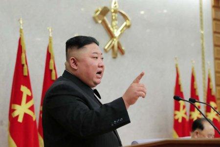 VIDEO Demonstratie de forta sub privirile lui Kim Jong-un: soldati care sparg caramizi cu capul, rup lanturi si indoaie bare de fier