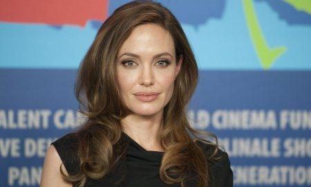 <span style='background:#EDF514'>ANGELINA</span> Jolie s-a reunit cu fostul sot, Jonny Lee Miller. Se zvonea ca actrita se iubeste cu The Weeknd
