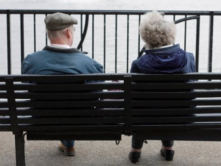 Schimbari pentru pensionari: Cei care primesc banii pe card pot primi talonul prin e-mail sau in contul online CNPP