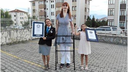 Cea mai <span style='background:#EDF514'>INALTA</span> femeie din lume este din Turcia si masoara 2,15 m
