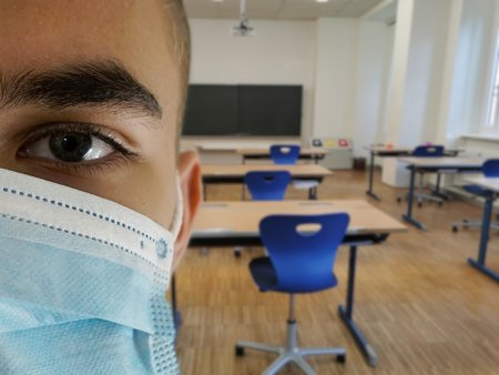 Peste 16.300 de elevi si 5.400 de <span style='background:#EDF514'>PROFESORI</span> au avut COVID-19, in prima luna de scoala. 3.300 de elevi, infectati doar in ultima saptamana
