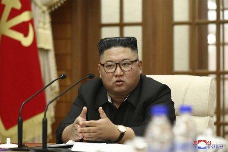 Distractia lui Kim Jong Un: Soldatii nord-coreeni, pusi sa sparga <span style='background:#EDF514'>PLACI</span> de beton cu capul, spre satisfactia liderului