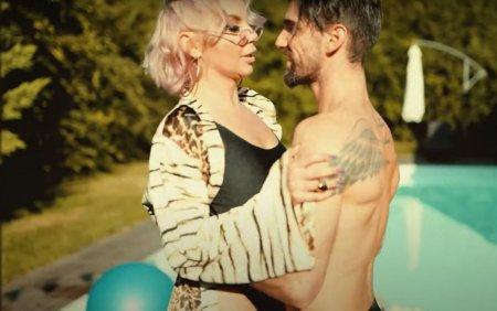 Eliza Natanticu de la Asia Express, in bratele unui actor, altul decat sotul, in videoclipul melodiei sale. De vina suntem noi