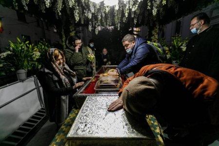 Pelerinaj in pandemie: Peste 5.000 de persoane asteapta la rand sa se inchine la racla cu moastele Sfintei Parascheva