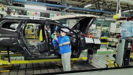 Renault concediaza 350 de angajati si micsoreaza productia