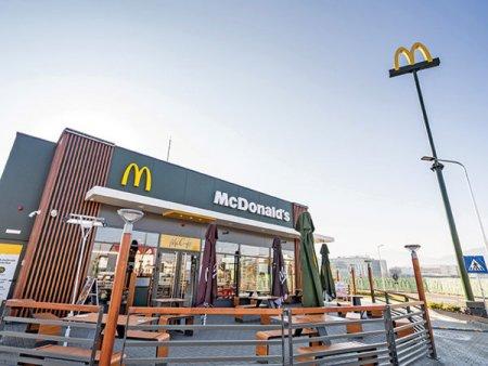 Se prefigureaza cel mai bun an: McDonald's a incheiat S1/2021 cu afaceri de 110 mil. euro, cu 38% peste anul anterior si cu 20% peste rezultatele din primele sase luni din 2019. Romania contribuie cu 60% la businessul Premier Capital, grupul care detine franciza McDonald's in sase tari - Estonia, Malta, <span style='background:#EDF514'>GRECIA</span>, Letonia, Lituania si Romania