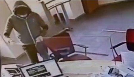 Noi detalii despre jaful bancii din Braila. Ce suma a fost furata si ce scria pe biletul de amenintare. <span style='background:#EDF514'>ATACAT</span>orul nu a fost prins