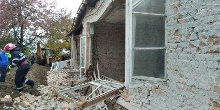Doi barbati din Bacau au murit, dupa ce zidul casei la care lucrau s-a prabusit
