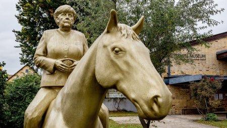 Calul ranjeste, iar ea pare trista: Statuie ciudata dedicata Angelei Merkel (VIDEO)