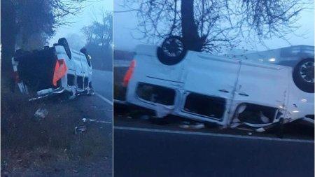 Accident intre un autoturism si un microbuz la <span style='background:#EDF514'>SATU MARE</span>, 10 persoane sunt implicate