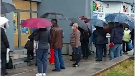 Zeci de oameni in ploaie pentru a-si schimba furnizorul de gaze, dupa ce pretul a crescut de peste 10 ori