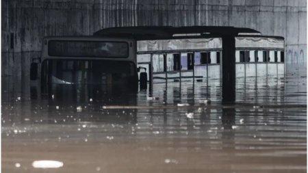 Potop <span style='background:#EDF514'>IN GRECIA</span>. Un barbat a murit