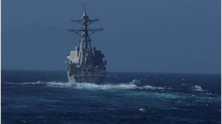 Rusia afirma ca a gonit un distrugator SUA din apele sale teritoriale