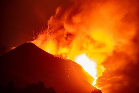 <span style='background:#EDF514'>ERUPTIA</span> vulcanului din La Palma s-a intensificat si a dat nastere unui tsunami de lava